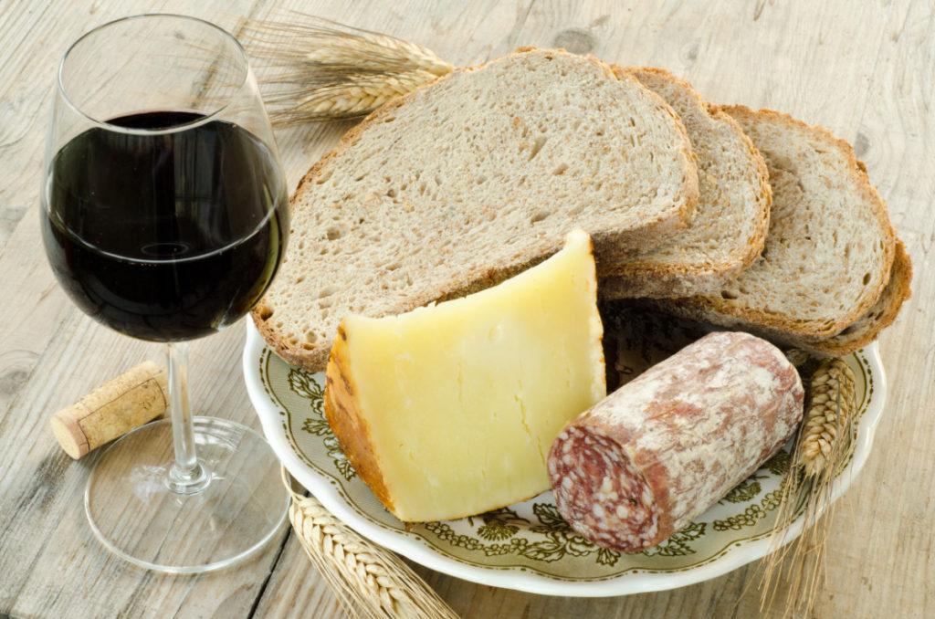 vin rouge, pain, fromage et saucisson